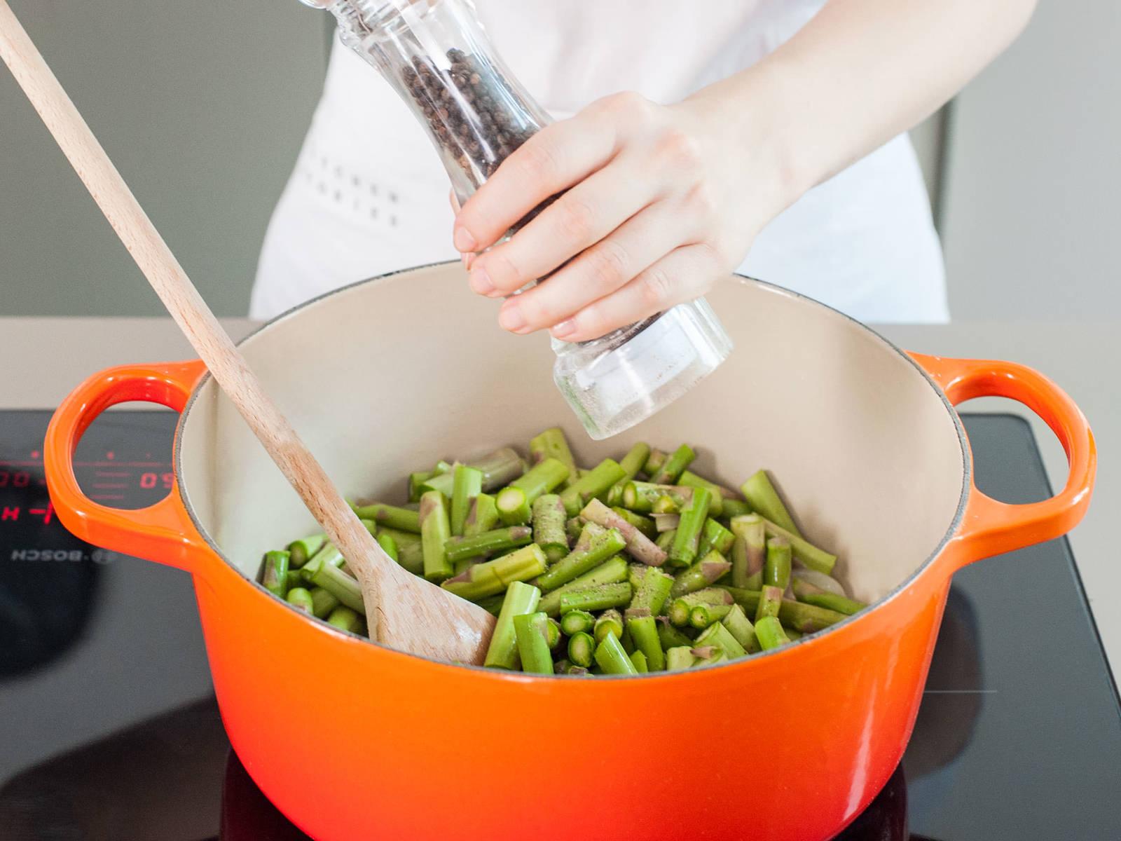 放入芦笋茎,一撮盐和些许黑胡椒碎,不时翻炒,约持续5分钟。