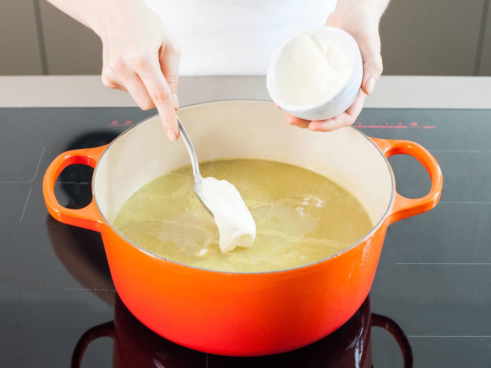 用手持式搅拌机将汤搅打成柔滑泥状。将其再次煮至微沸,拌入法式酸奶油。