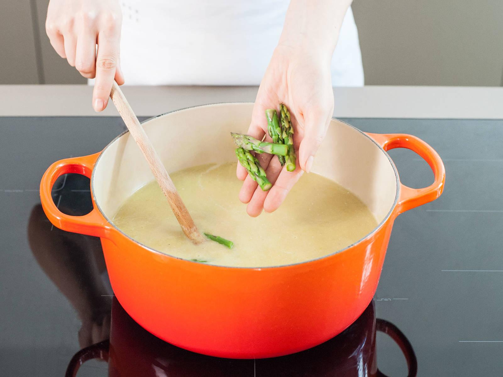 将汤煮沸,拌入剩余的黄油。关火取下,拌入柠檬汁,饰以芦笋尖。调味。