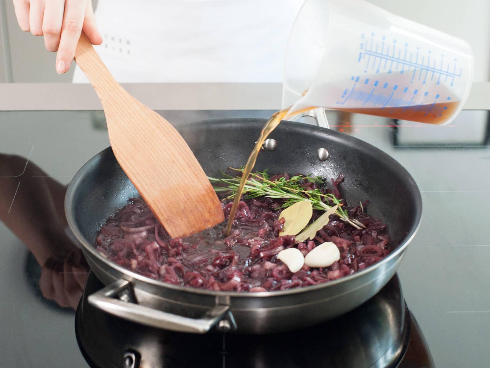 加入牛骨高汤,厨用香草和大蒜。再烧2分钟,离火并将其转入荷兰烤锅。