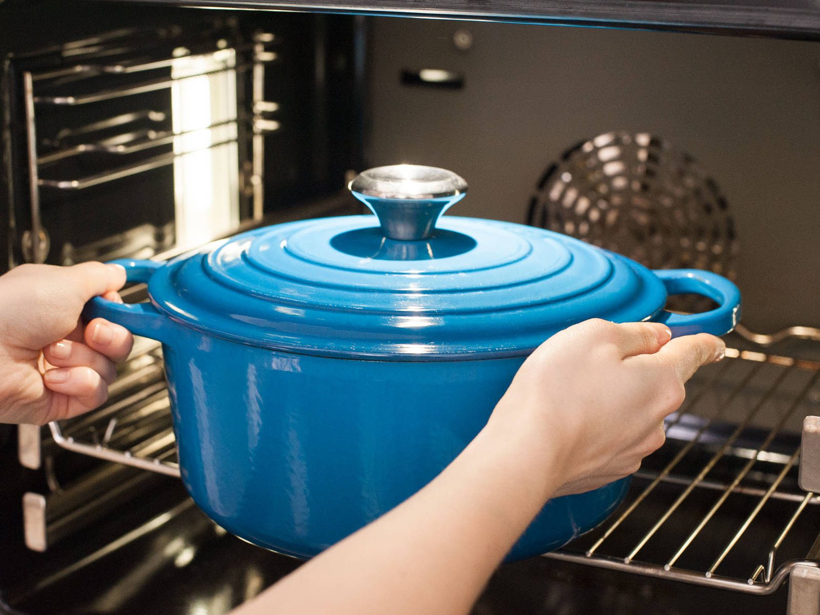 Rippchen ebenfalls in den Schmortopf legen und mit etwas Soße bedecken. Deckel auflegen und bei 120°C im Backofen ca. 3 – 4 h garen, bis das Fleisch weich ist.