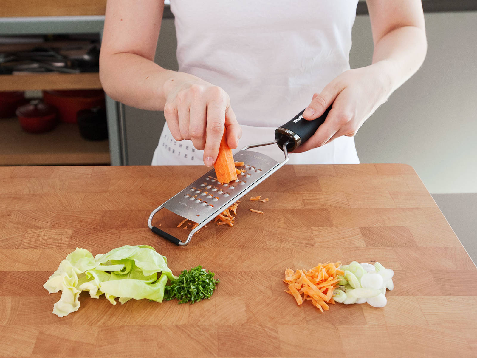 Tear lettuce into bite-sized pieces. Cut green onions crosswise into fine rings. Roughly chop parsley. Cut corn from cob. Peel and grate carrot. Transfer everything to a large bowl.
