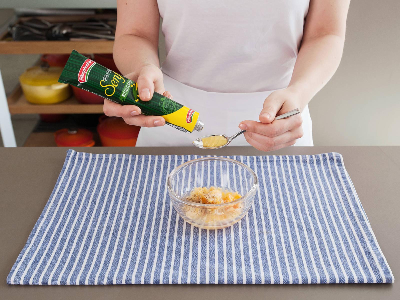 制作调味汁:在小碗中混合蛋黄、芥末、糖和柠檬汁。一边缓慢量稳地倒入植物油,一边保持搅拌,直至混合物呈乳状。加盐与胡椒调味。