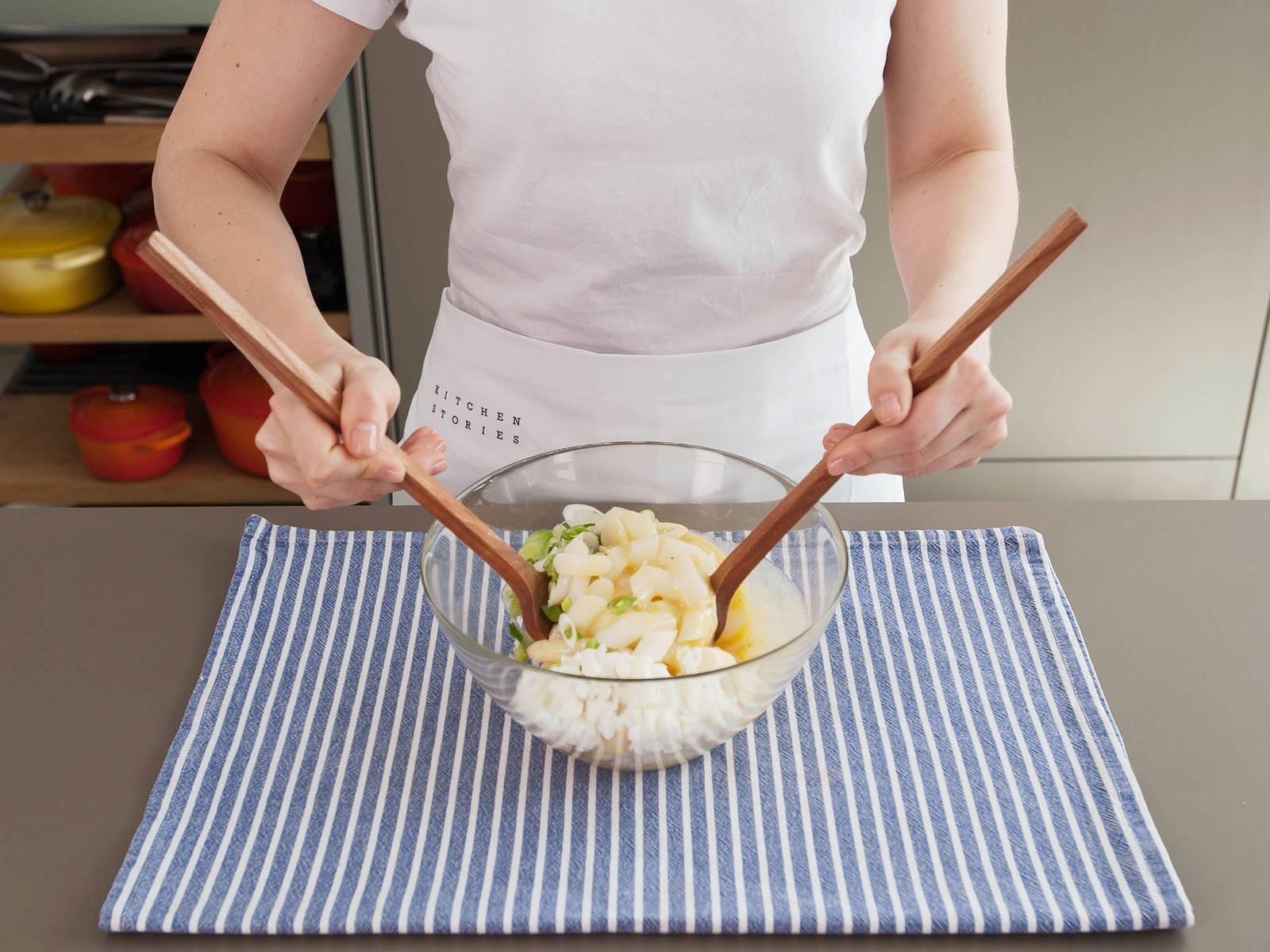 在大碗中将香葱、鸡蛋、白芦笋和调味汁混合均匀,然后尽情享用吧!