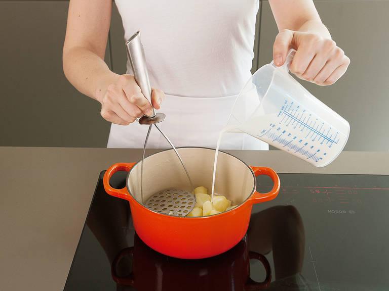 Milch und Butter in einem kleinen Topf vorsichtig auf mittlerer Stufe erhitzen. Kartoffeln hinzugeben und zerstampfen. Mit Salz, Pfeffer und Muskatnuss abschmecken.
