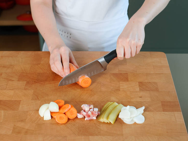 培根切丁,洋葱切薄片.,腌黄瓜纵向切成长条。剁碎大蒜.,胡萝卜切片。