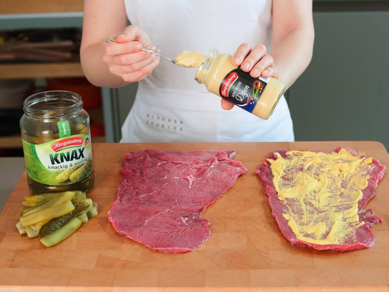 把牛腩上的水分吸干,在牛腩的正反面涂上薄薄一层芥末,用盐和胡椒调味。