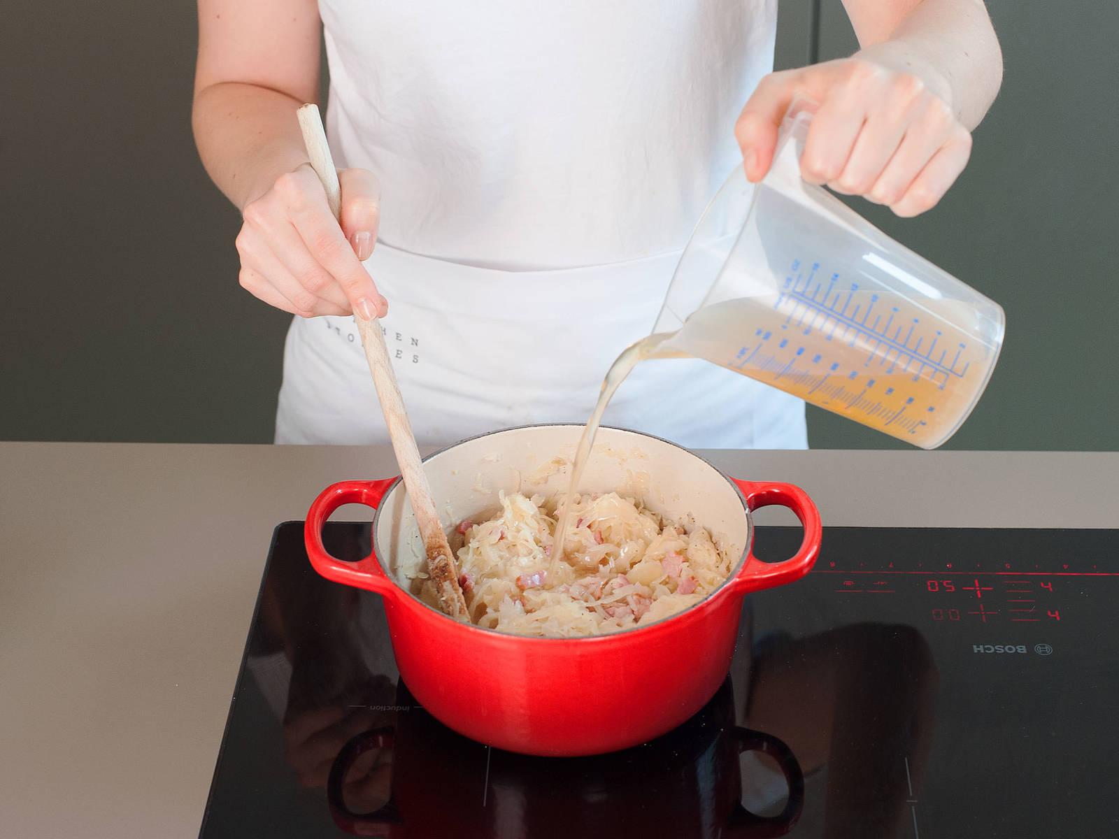 加入糖、月桂叶、杜松子和牛肉高汤。加盐与胡椒调味。充分翻搅,继续煮上8-10分钟,直至酸菜吸收了大部分牛肉高汤。