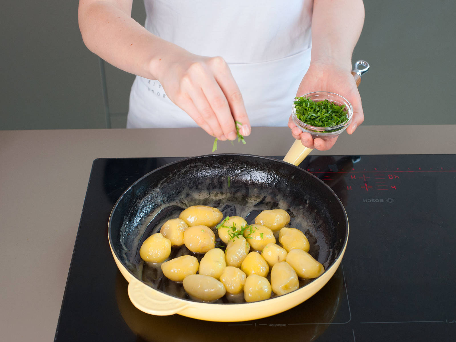 In a large saucepan, cook potatoes in salted water over medium heat for approx. 10 - 15 min. Drain and peel potatoes, then return to pan and sauté in half of butter and some of veal stock for approx. 3 - 5 min. Remove from heat, cover, and set aside. Add freshly chopped parsley right before serving.