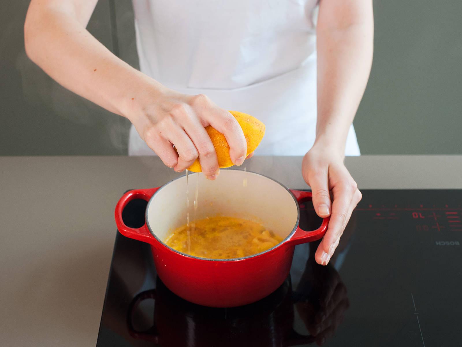 Für die Soße ca. ein Drittel der Orange abreiben und beiseitestellen. Saft und Fruchtfleisch in einem kleinen Topf bei mittlerer Hitze einkochen, bis der Saft auf etwa die Hälfte reduziert ist.