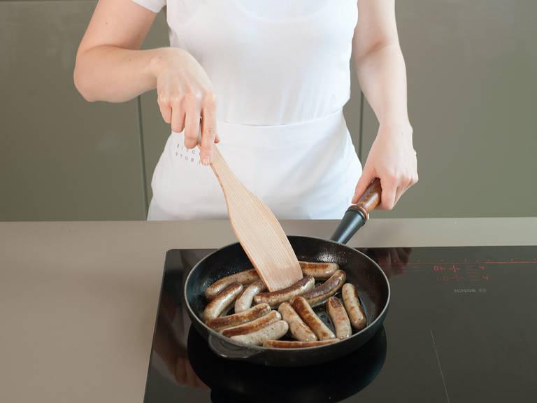 Bratwürste in einer großen Pfanne bei mittlerer Hitze ca. 4 – 5 Min. von allen Seiten braten. Auf einem Teller mit Kartoffelpüree, Sauerkraut und Senf servieren.