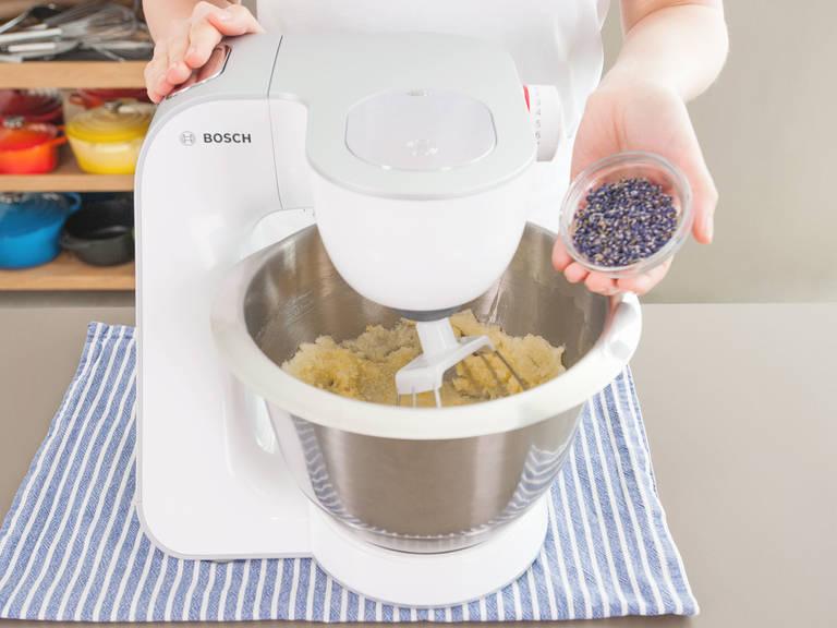 Butter, Eier und Joghurt auf Raumtemperatur temperieren. Backofen auf 175°C vorheizen. Kastenform einfetten und mit einem langen Streifen Backpapier so auslegen, dass die Ende über die kurzen Seiten der Form stehen. Mehl, Backpulver und Salz vermischen und beiseitestellen. Butter cremig schlagen und dann Zucker, Zitronenabrieb und Lavendel hinzugeben. Hell und schaumig aufschlagen und dann nacheinander Eier hinzugeben.