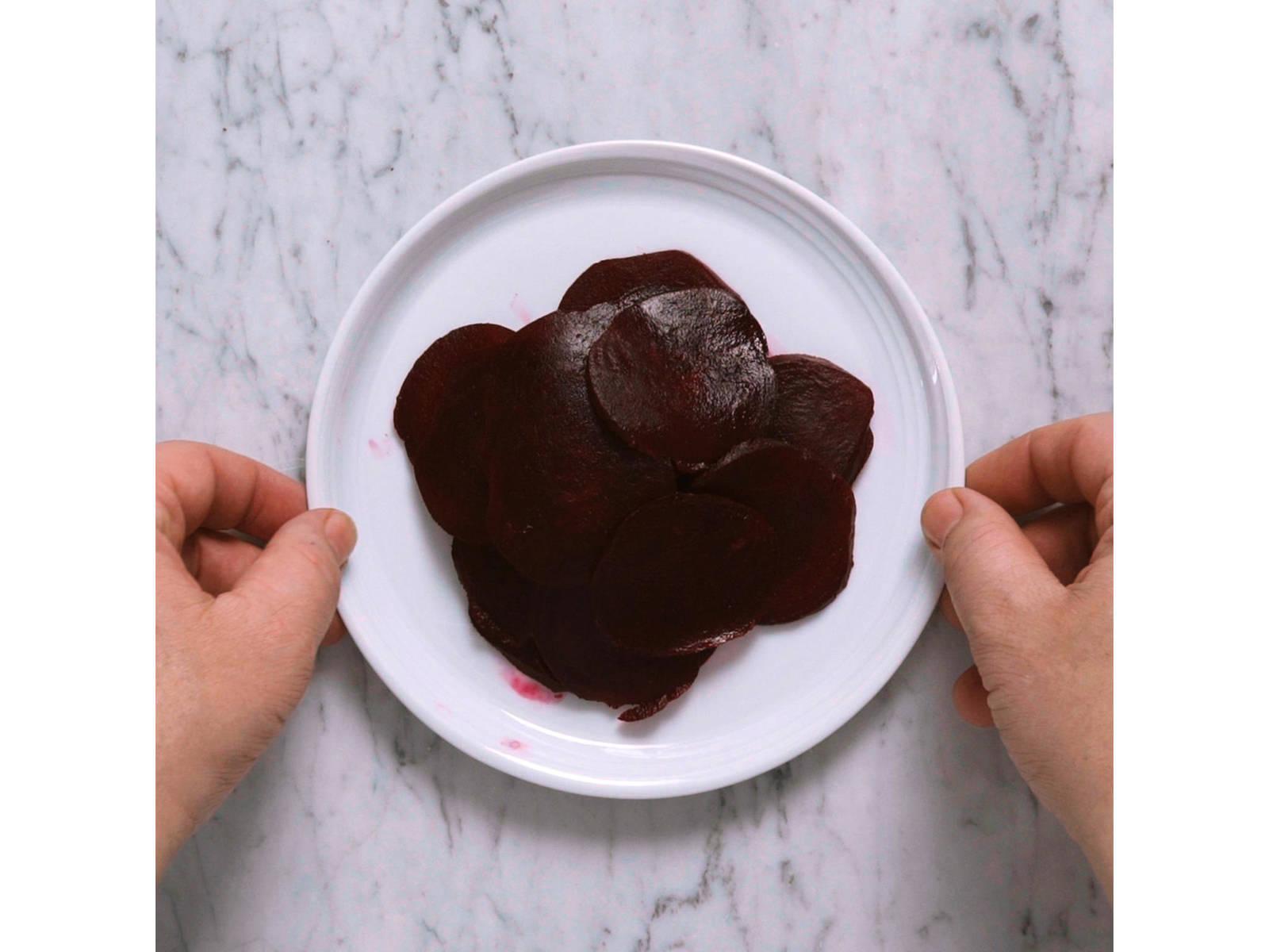 Für das Carpaccio, Rote Bete mit dem Gemüsehobel in dünne Scheiben schneiden. In einer kleinen Schüssel, Reisessig, Olivenöl und Honig verquirlen. Mit Salz und Cayennepfeffer abschmecken. Beiseitestellen.