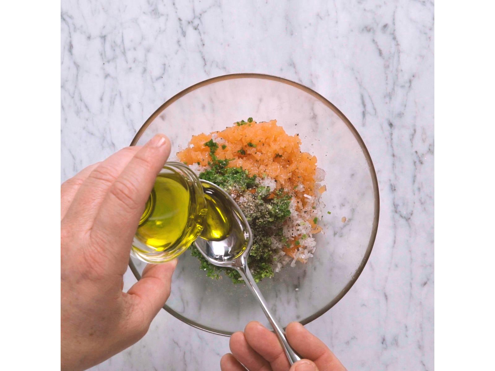 Für das Lachs-Tartar, Räucherlachs und Schalotten sehr fein würfeln. Schnittlauch hacken. Lachs, Schalotten, etwas Limettensaft und Olivenöl in einer Schüssel vermengen. Mit Salz, Pfeffer und Cayennepfeffer abschmecken. Beiseitestellen.