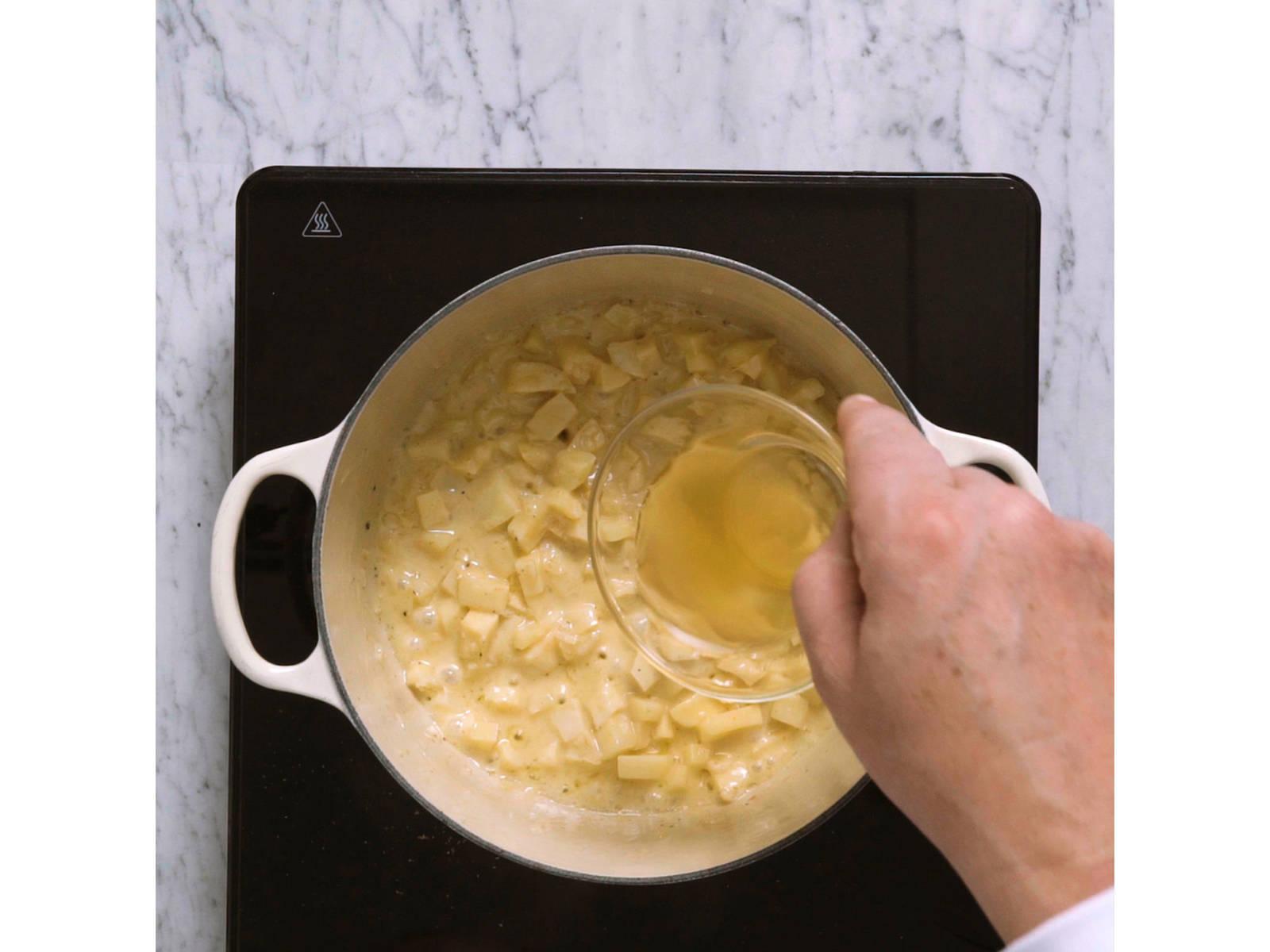 Backofen auf 150°C vorheizen. Für das Pastinaken-Püree, Pastinaken schälen und in mittelgroße Würfel schneiden. Schalotten fein würfeln. Pastinaken und Schalotten in etwas Butter glasig anschwitzen, dann mit Weißwein ablöschen. Mit Salz, Pfeffer, Muskat und Zitronensaft abschmecken. Mit Sahne und Gemüsebrühe aufgießen, ca. 15 Min. köcheln lassen und gelegentlich umrühren. Mit dem Kartoffelstampfer fein stampfen. Beiseitestellen und warm halten.