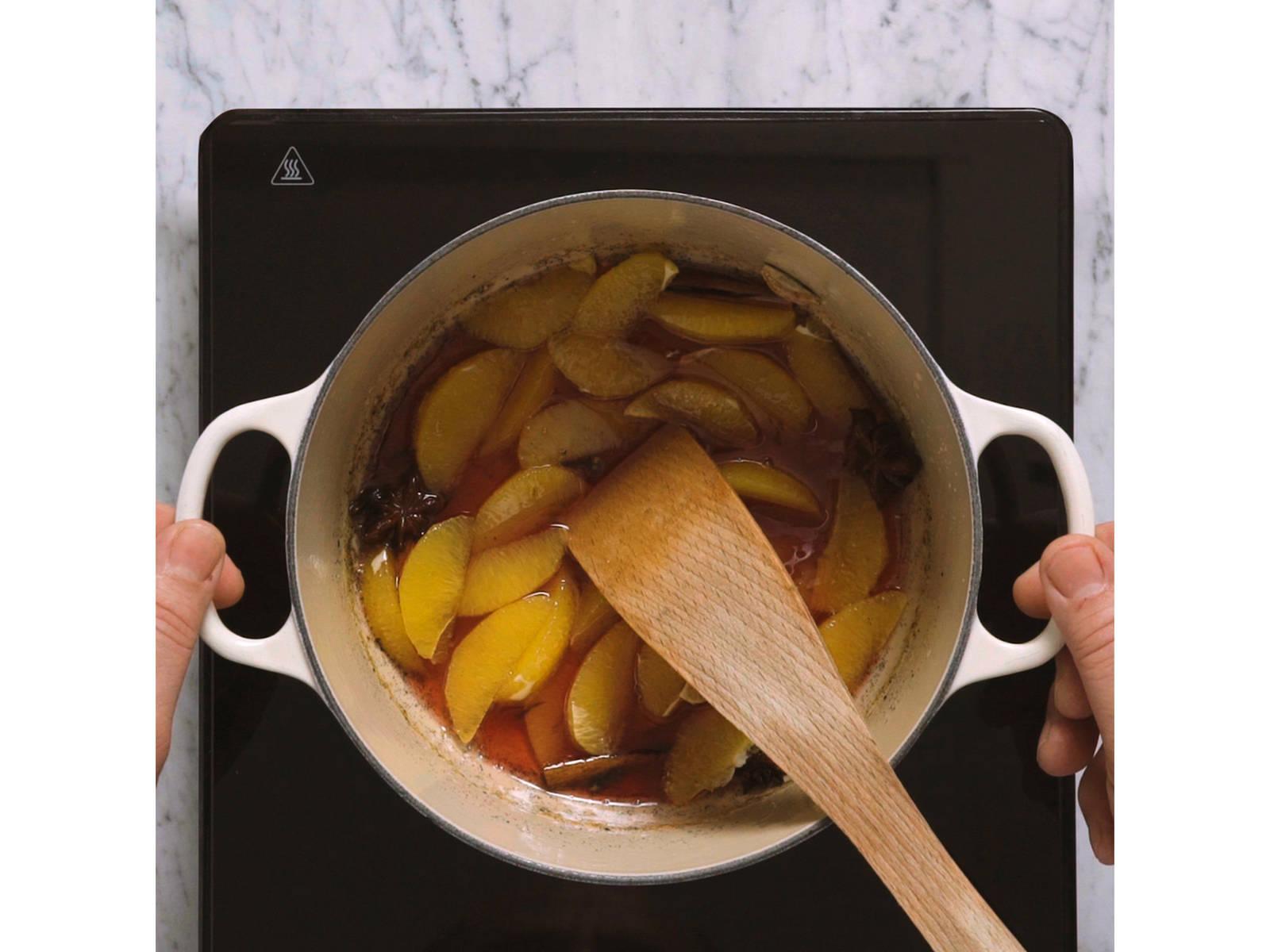 制作调味橘子:橘子掰开,置于一旁。将普洛赛克煮沸,然后加入凝胶糖、柠檬汁、香料和蜂蜜,中火煮至变稠,约10分钟。待其冷却后,加入石榴糖浆和橘子块。冷藏15分钟,或直到上菜之前。