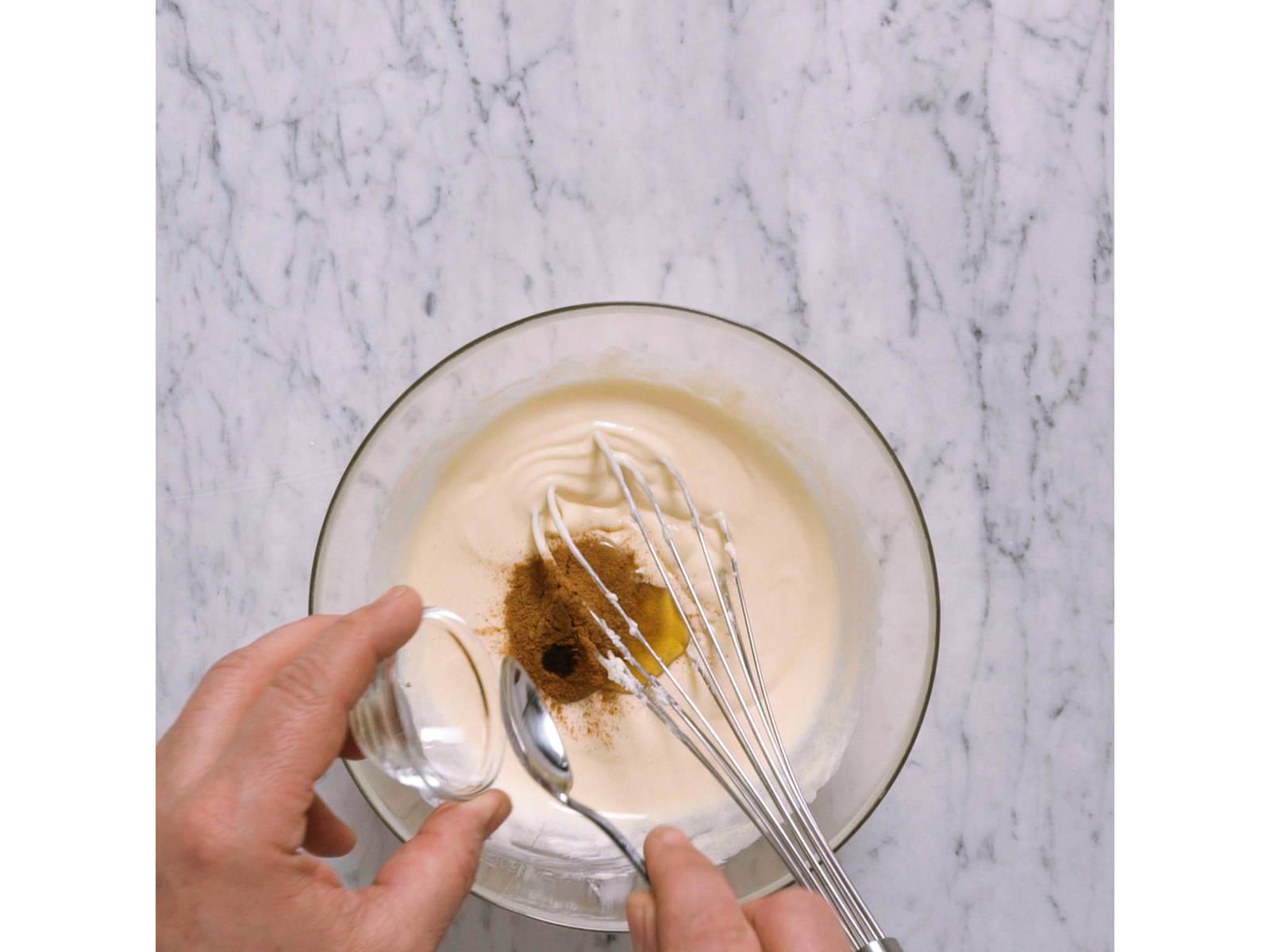 肉桂奶油:在小碗中搅拌糖和蛋黄,直至发泡和质地轻盈。拌进马斯卡帕尼乳酪、蜂蜜、香草籽和肉桂。冷藏15-20分钟。