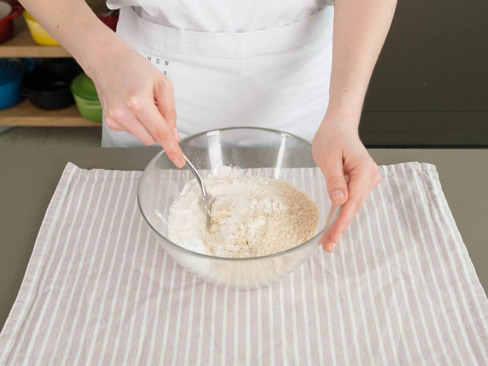 Mehl, gemahlene Mandeln, Salz und Backpulver vermengen und beiseitestellen. Butter und Teil des Zuckers aufschlagen und Eier nacheinander unterheben. Anschließend Vanilleextrakt unterrühren.