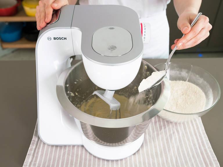 小心混合面粉混合物与蛋糊。