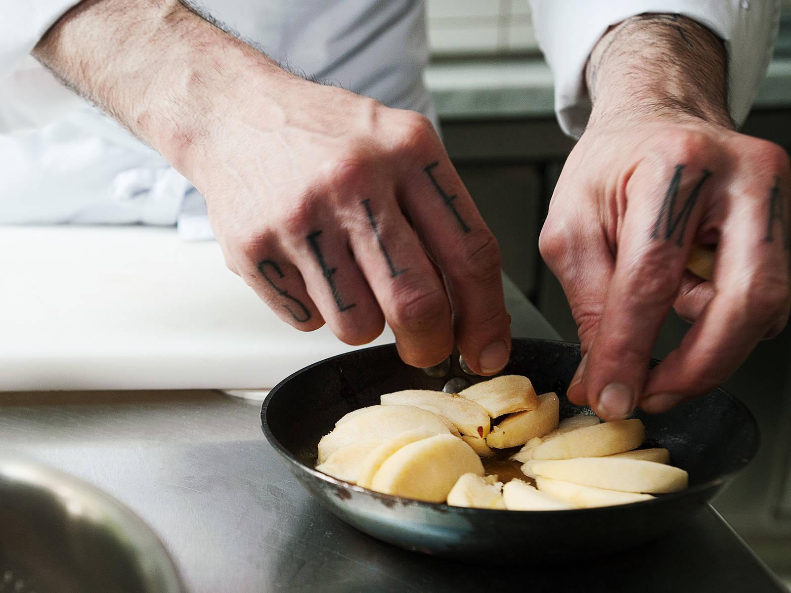 将烤箱预热至180度。苹果削皮、去核,并切成中等厚度的片状。在焦糖上将苹果片摆出圆形。