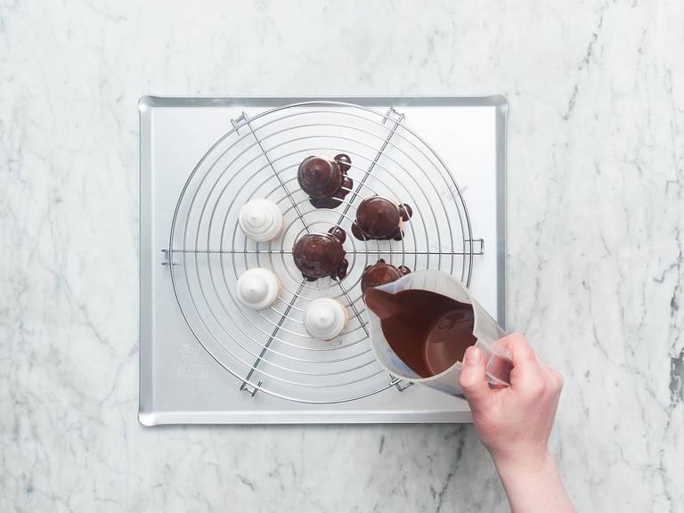 Flüssige Schokoladenglasur gleichmäßig über die Schokoküsse gießen bis sie vollständig ummantelt sind. Ca. 20 Min. in den Kühlschrank stellen und gekühlt genießen!