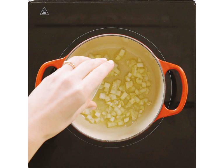 Zwiebel fein würfeln und Knoblauch fein hacken. Getrocknete Tomaten in kleine Stücke schneiden. Olivenöl in einen kleinen Topf geben und auf mittlerer Hitze Zwiebeln und Knoblauch für ca. 2 Min. glasig anschwitzen.