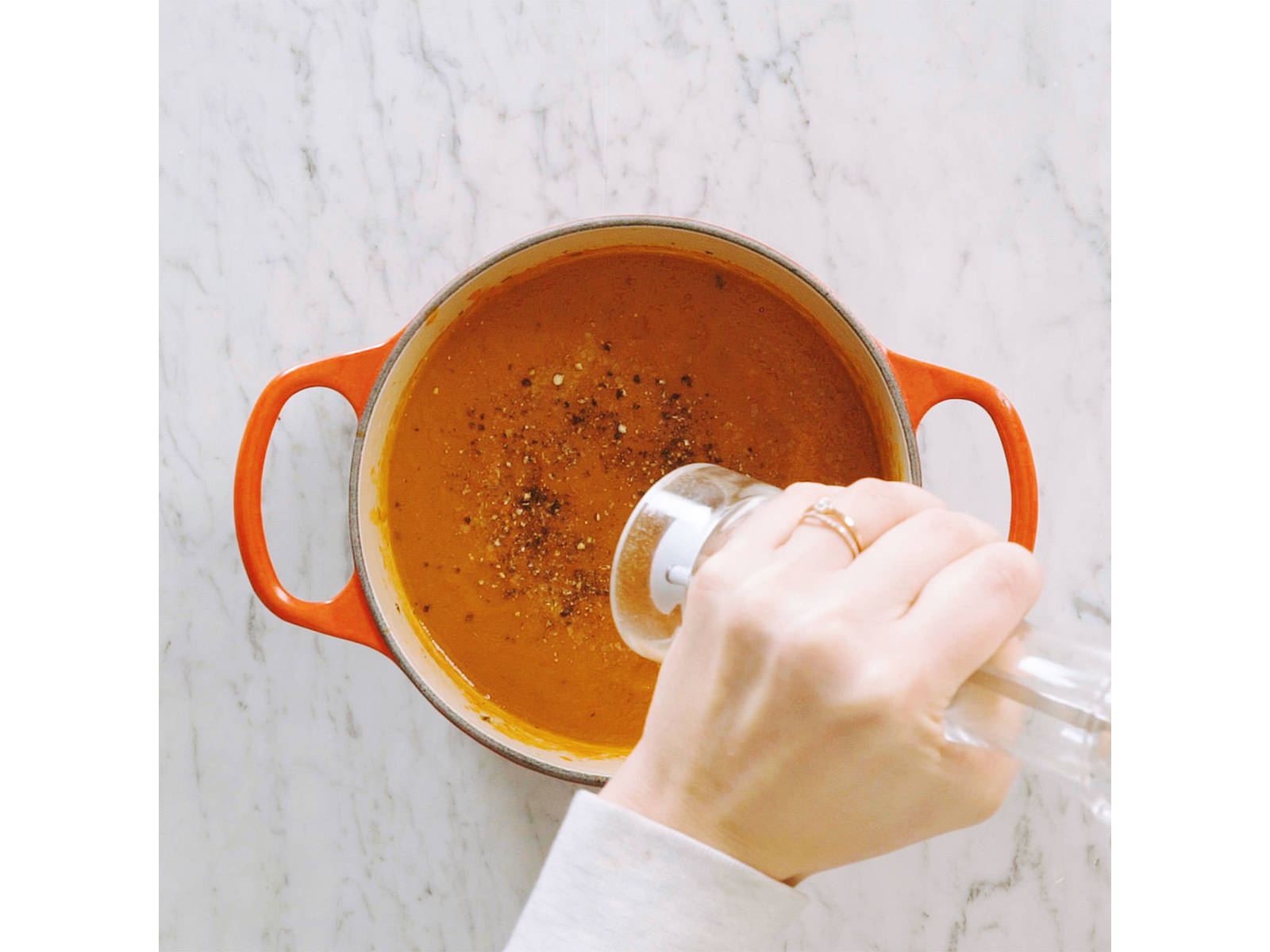 Tomatenstückchen, getrocknete Tomaten, Gemüsebrühe und Thymian in den Topf geben. Das Ganze ca. 15 min. köcheln lassen und anschließend mit einem Stabmixer pürieren. Mit Salz und Pfeffer abschmecken.