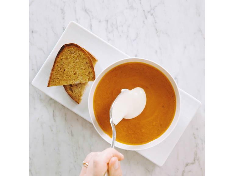 Zum Servieren die Suppe in eine Schale füllen und die Joghurtalternative obenauf geben. Auf Wunsch mit Kürbiskernöl garnieren und mit Vollkornbrot genießen. Guten Appetit!