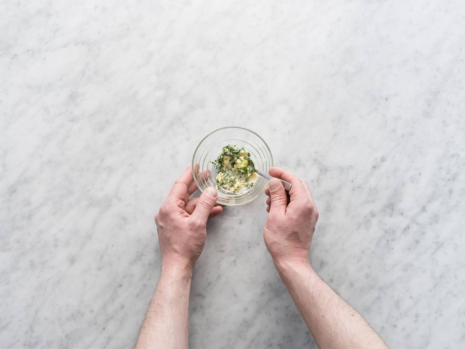 摘下龙蒿叶的叶子,并大略切碎。在一个小碗中混合软黄油和龙蒿叶碎。加盐与胡椒调味。