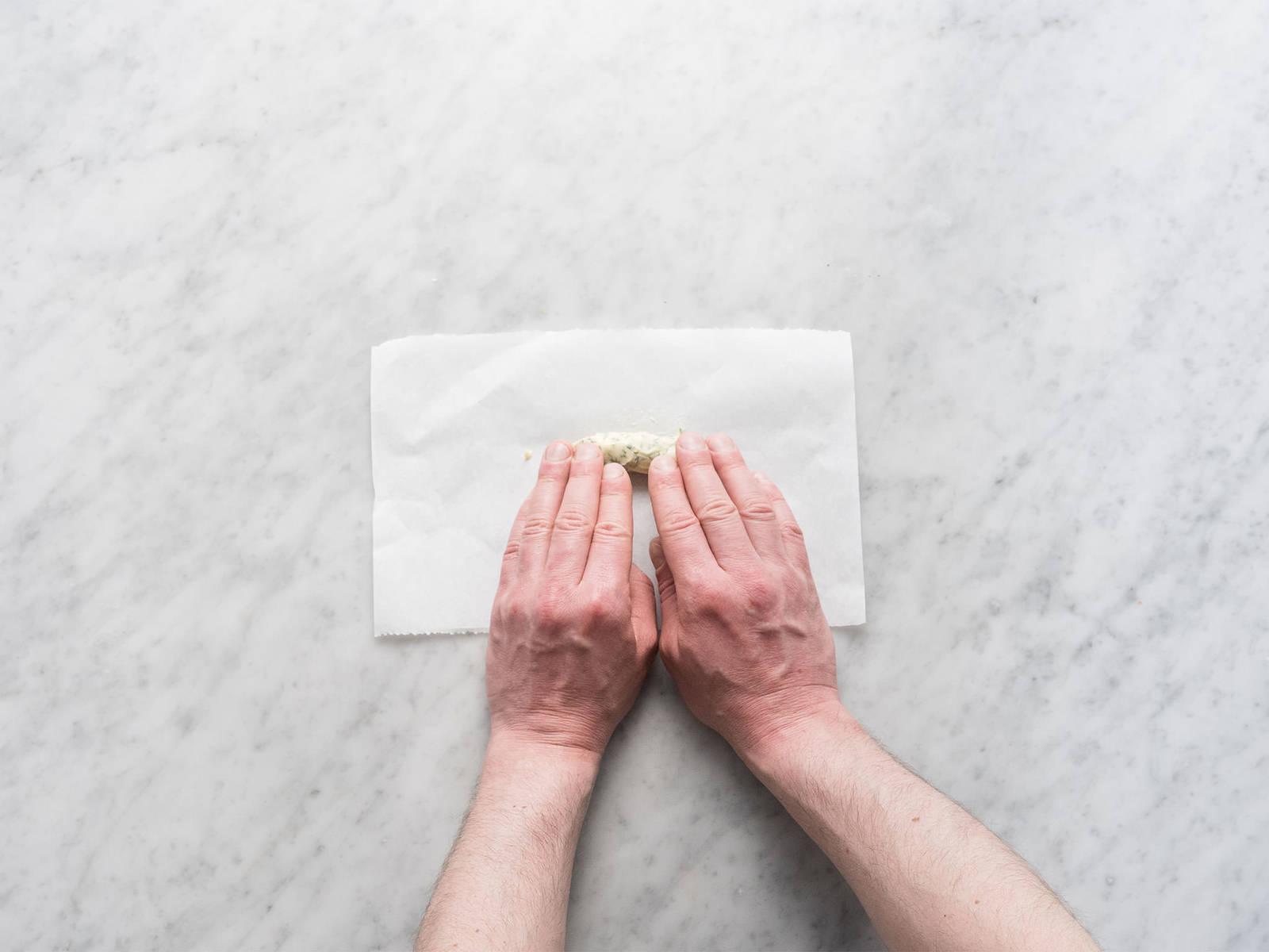 将龙蒿叶黄油放到一片烘焙纸上,卷起放入冰箱。