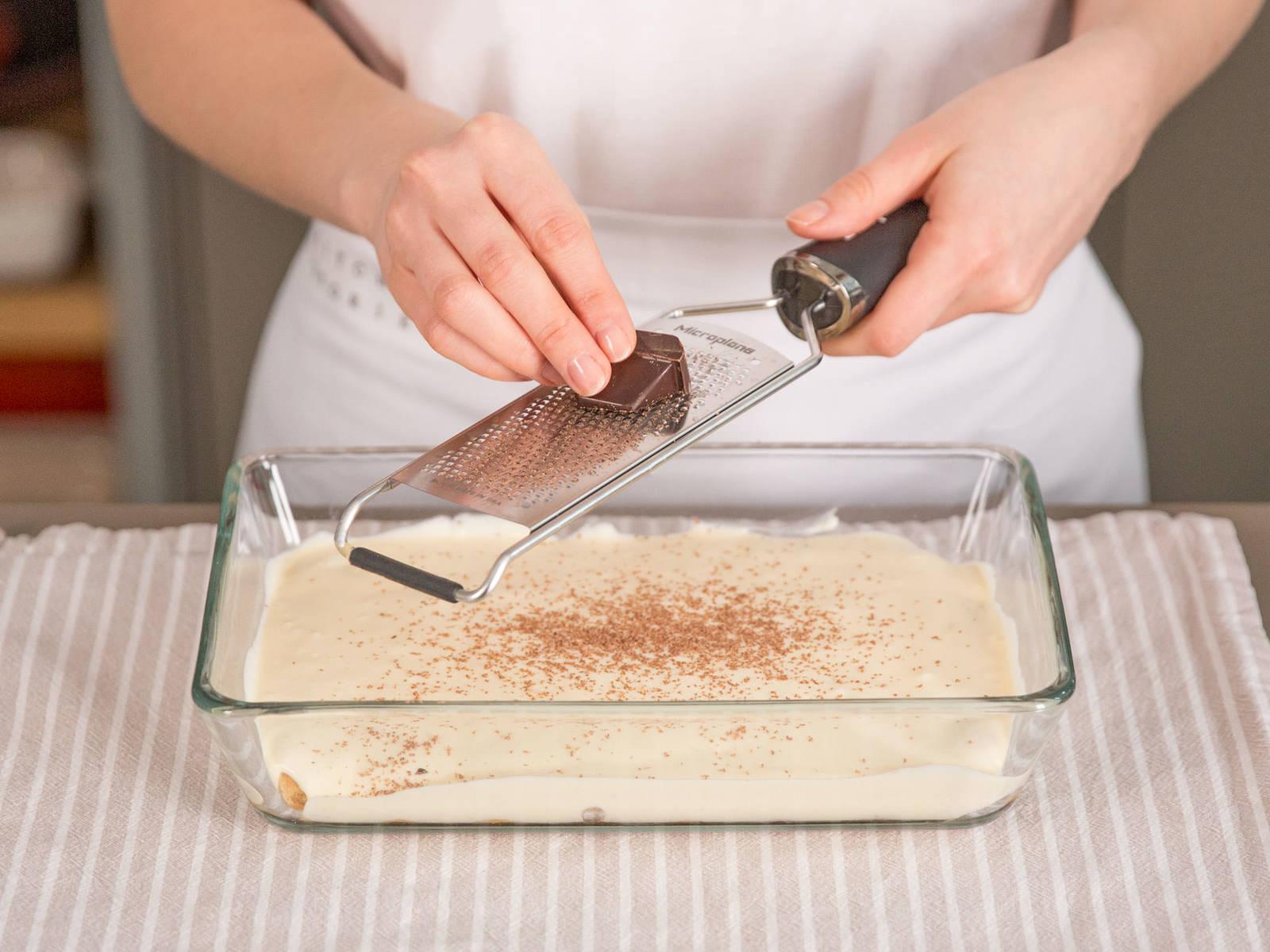 在上面铺一层马斯卡普尼奶酪,然后再薄撒一层巧克力碎。