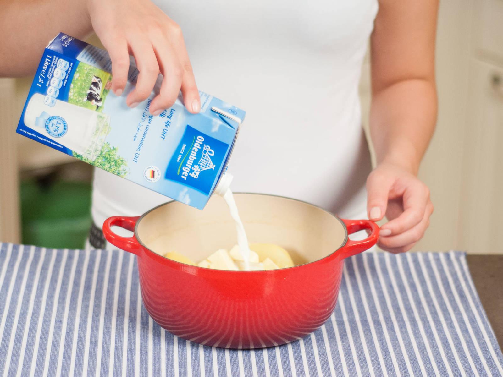 Inzwischen Kartoffeln schälen. Große Kartoffeln gegebenenfalls halbieren. Ca. 20 – 30 Min. in gesalzenem Wasser kochen, bis sie weich sind. Abgießen und gut abtropfen lassen. Kartoffeln zurück in den Topf geben und stampfen. Butter, Milch und Muskat unterrühren. Mit Salz abschmecken.