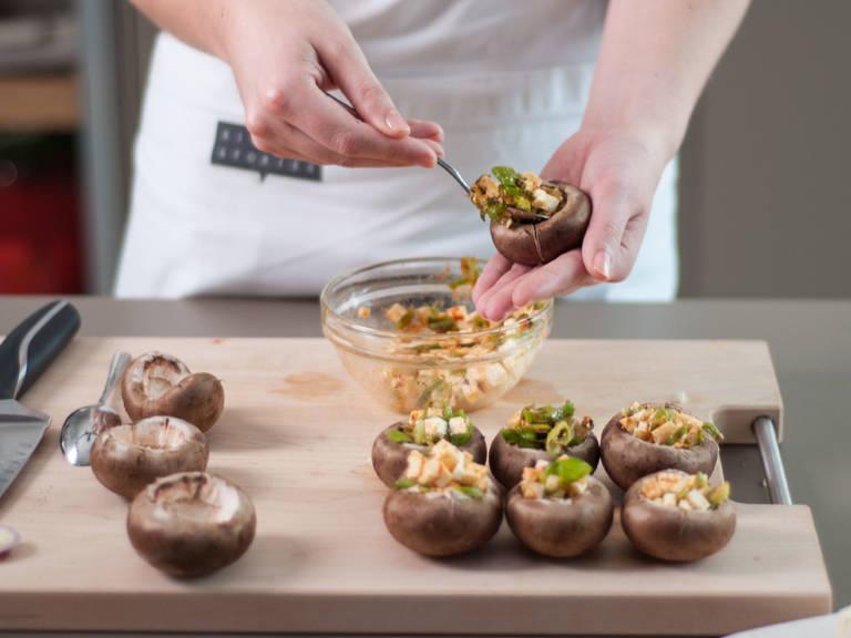 Pilzhüte mit Spinat- bzw. Käsemischung füllen und in eine ofenfeste Pfanne oder auf ein mit Backpapier ausgelegtes Backblech geben. Im vorgeheizten Backofen bei 180°C ca. 12 – 15 Min. backen, bis der Käse geschmolzen und goldbraun ist. Guten Appetit!
