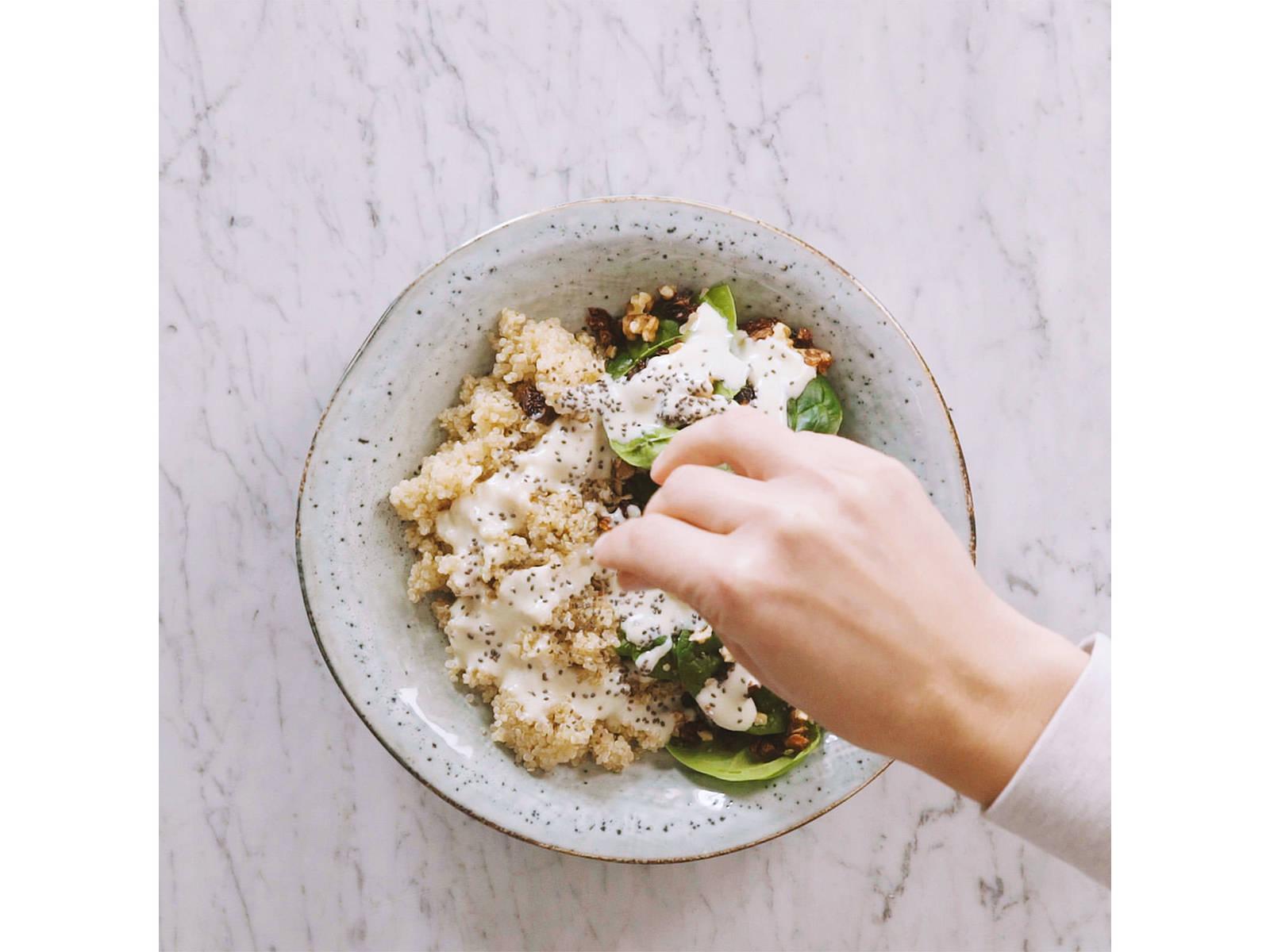 将煮好的藜麦与嫩菠菜叶、核桃碎、风干番茄碎一同装入上菜碗,淋上酱汁,撒上奇亚籽。尽情享用吧!