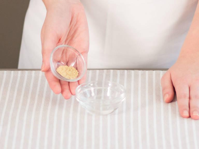 Leinmehl und einen Teil des Wassers in einer kleinen Schüssel mischen und ca. 5 Min. quellen lassen.