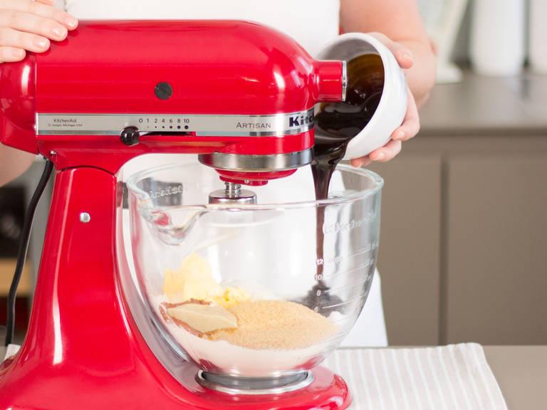 Inzwischen Mehl, Rohrzucker, Lebkuchengewürz, Backnatron, Margarine und Zuckerrübensirup in einer Küchenmaschine zu einem glatten Teig kneten.