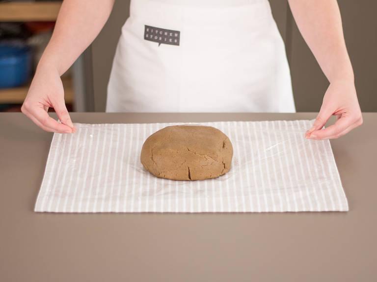 Teig in Frischhaltefolie einschlagen und ca. 1 h gekühlt ruhen lassen.