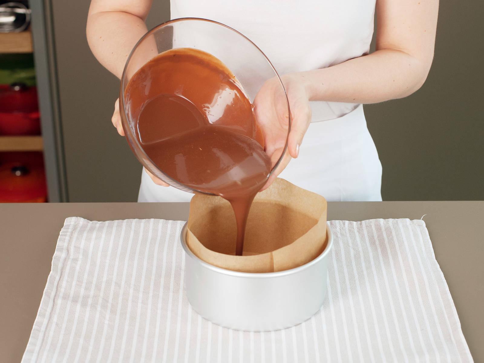 Ganache in eine mit Backpapier ausgekleidete Kuchenform geben. Im Kühlschrank ca. 1 – 2 h abkühlen lassen.