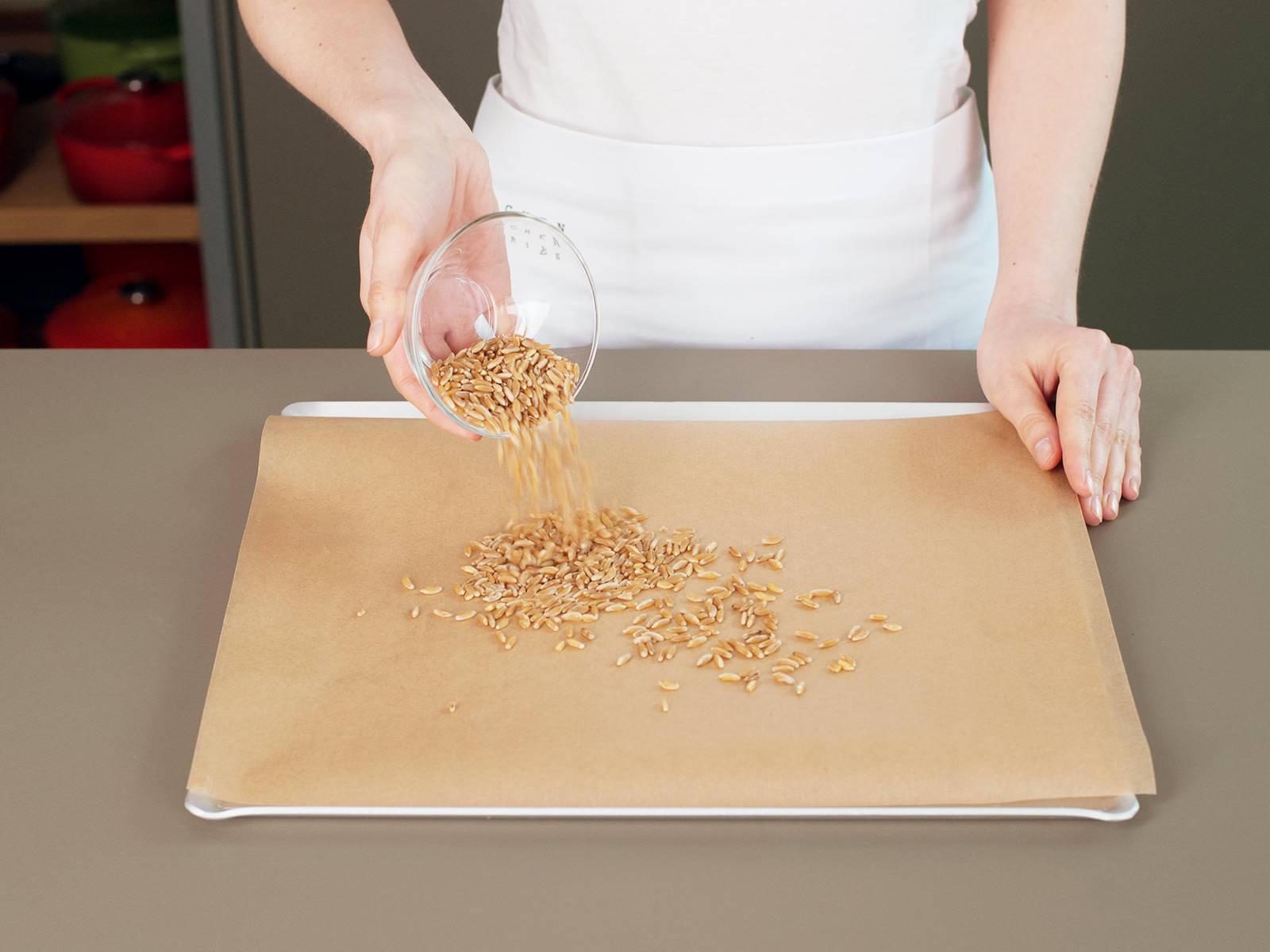 Einkorn auf einem mit Backpapier ausgelegtem Backblech verteilen und im vorgeheizten Backofen bei 150°C ca. 8 – 10 Min. backen. Aus dem Backofen nehmen und beiseitestellen. Teil des Zucker in kleinem Topf bei mittlerer Hitze karamellisieren. Einkorn, Quinoa und Taco-Gewürz hinzugeben und umrühren, bis alles gut vermischt ist.