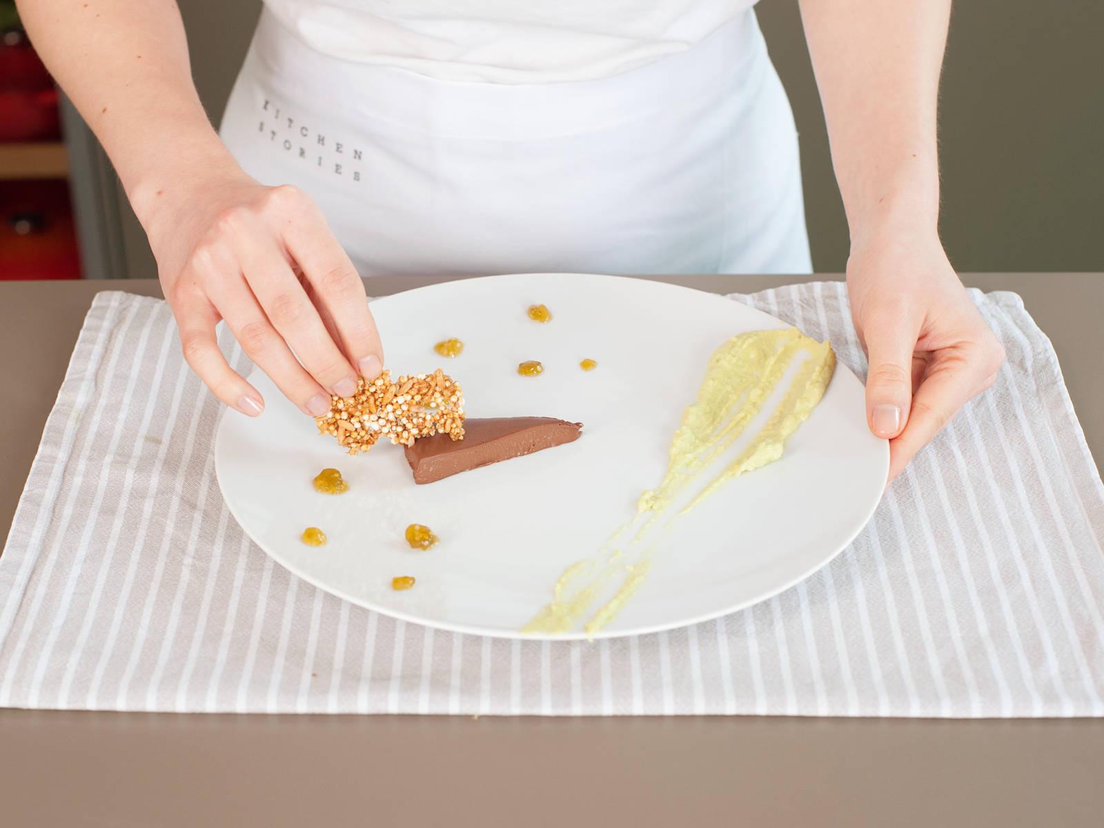 Ganache aus dem Kühlschrank nehmen. Teller mit Tomatillokompott, Avocado-Creme und Einkorn-Quinoa-Gebäck garnieren. Guten Appetit!
