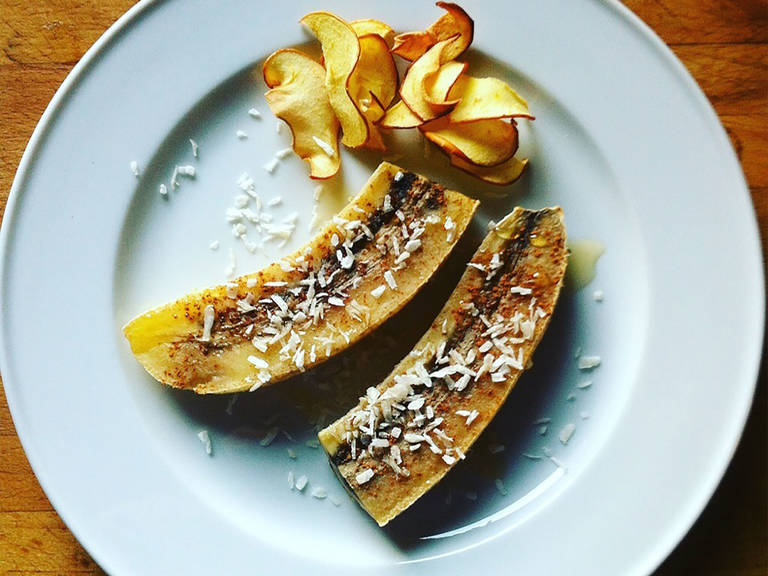 Halve the bananas, transfer to plates together with apple chips. Sprinkle with coconut flakes and pour agave syrup over bananas. Enjoy!