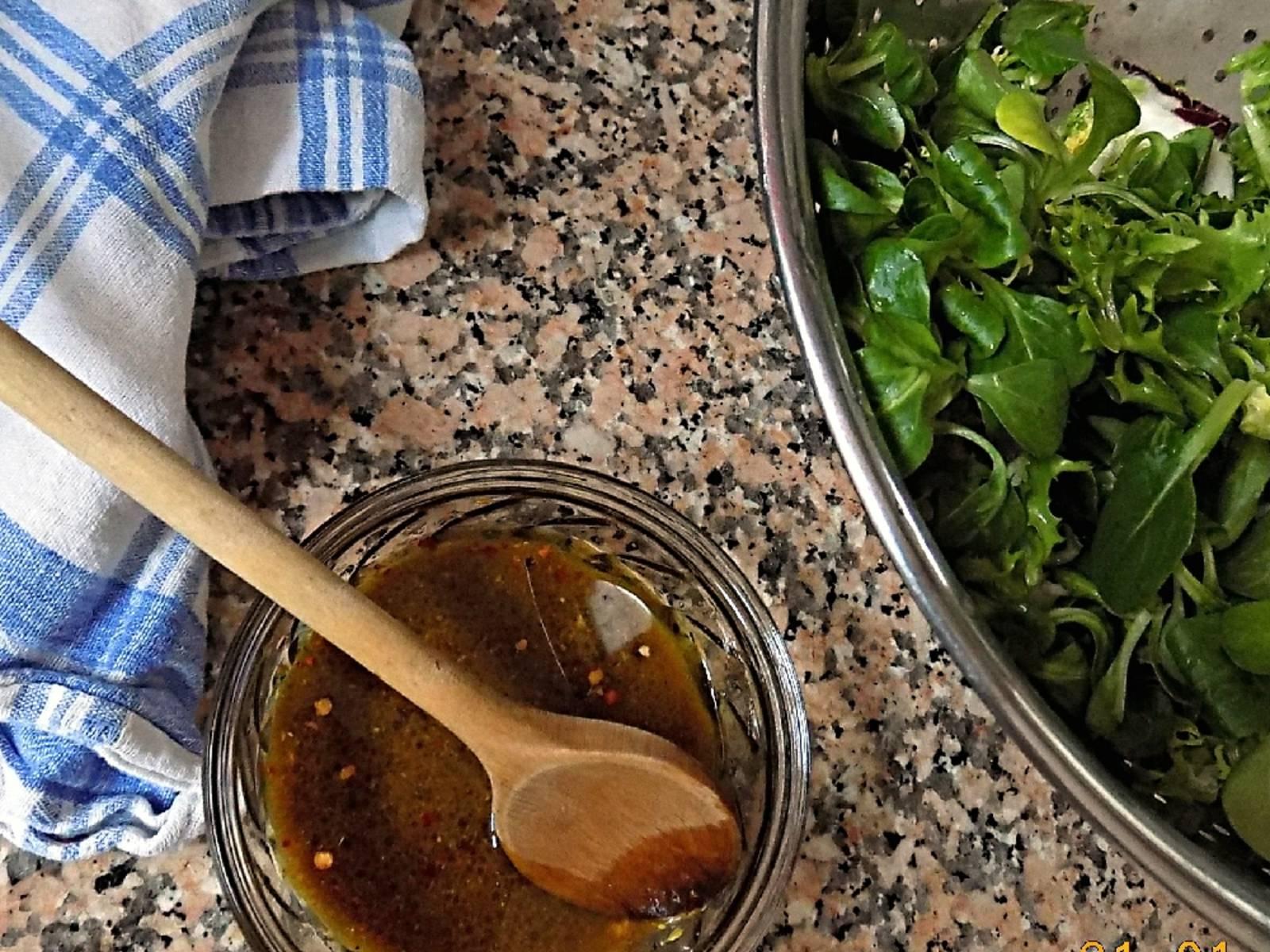 清洗野苣并甩干水。混合橄榄油、蜂蜜、芥末、巴萨米克香醋和水,放入辣椒片、盐和胡椒调味。这时还不用混合野苣和醋汁。
