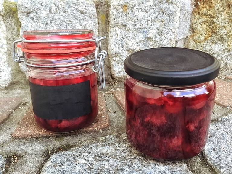 Remove the mint and fill boozy cherry jam into sterilized glass jars. Let the glass jars rest upside down for approx. 10 min., then turn them over again and let cool down. Enjoy!