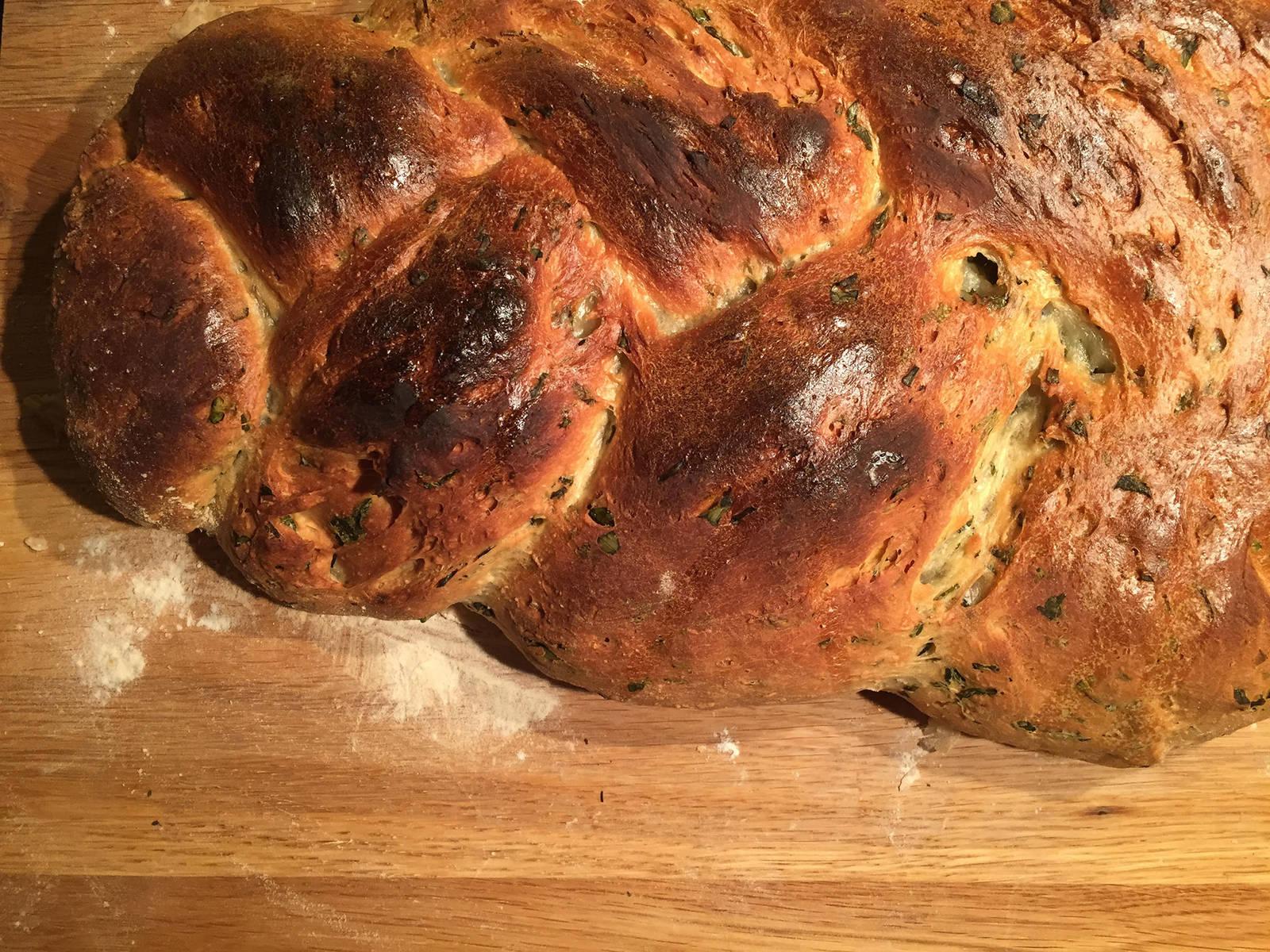 将烤箱预热至200℃。将辫子面包放到中层,烤45-60分钟。如果面包颜色变深太快,则用烘焙纸盖上。到时间后,用小刀插入面包中再取出,若未沾有痕迹,则说明烤好了。