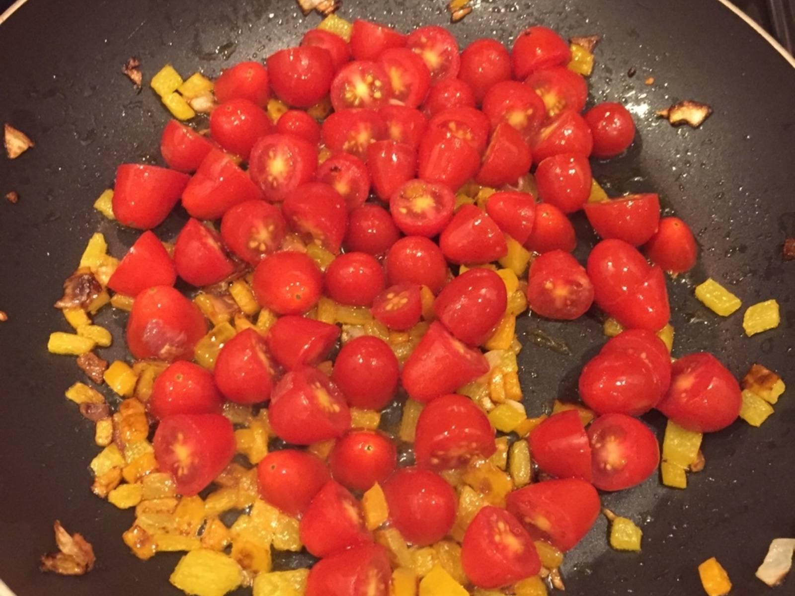 Tomaten hinzufügen und braten, bis sie weich sind und wässrig werden.