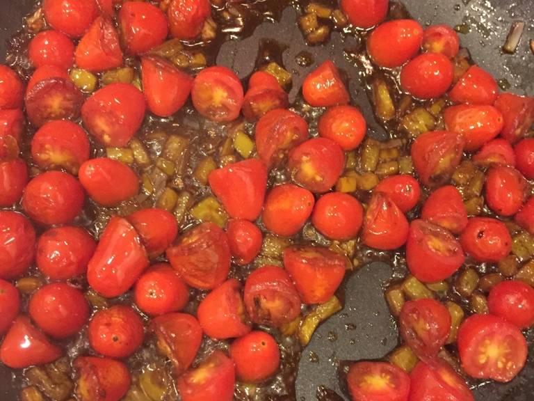 倒入巴萨米克香醋,翻搅蔬菜使其裹上醋汁。