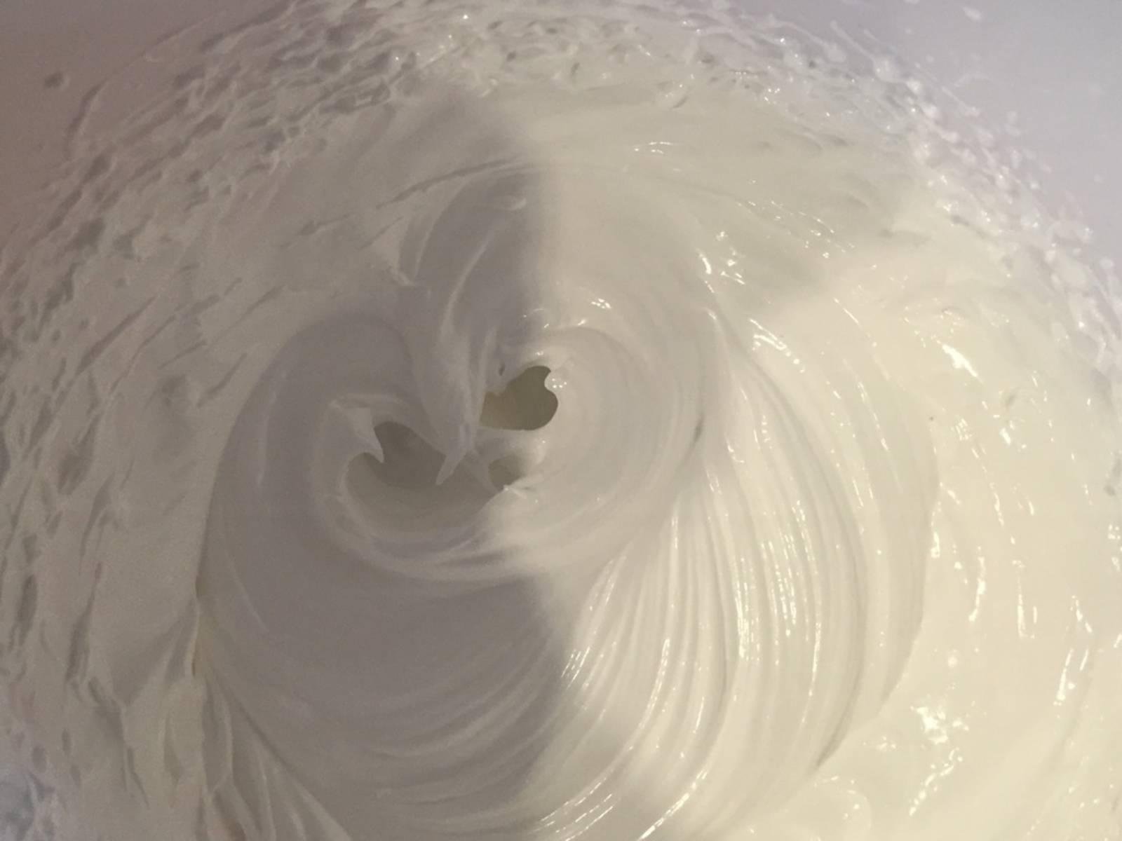 Sobald 115°C erreicht ist, den Zuckersirup vom Herd nehmen und langsam unter ständigem Rühren in den Eischnee laufen lassen. Etwa 10 Min. weiterrühren, damit die nun entstandene Meringue etwas abkühlt.