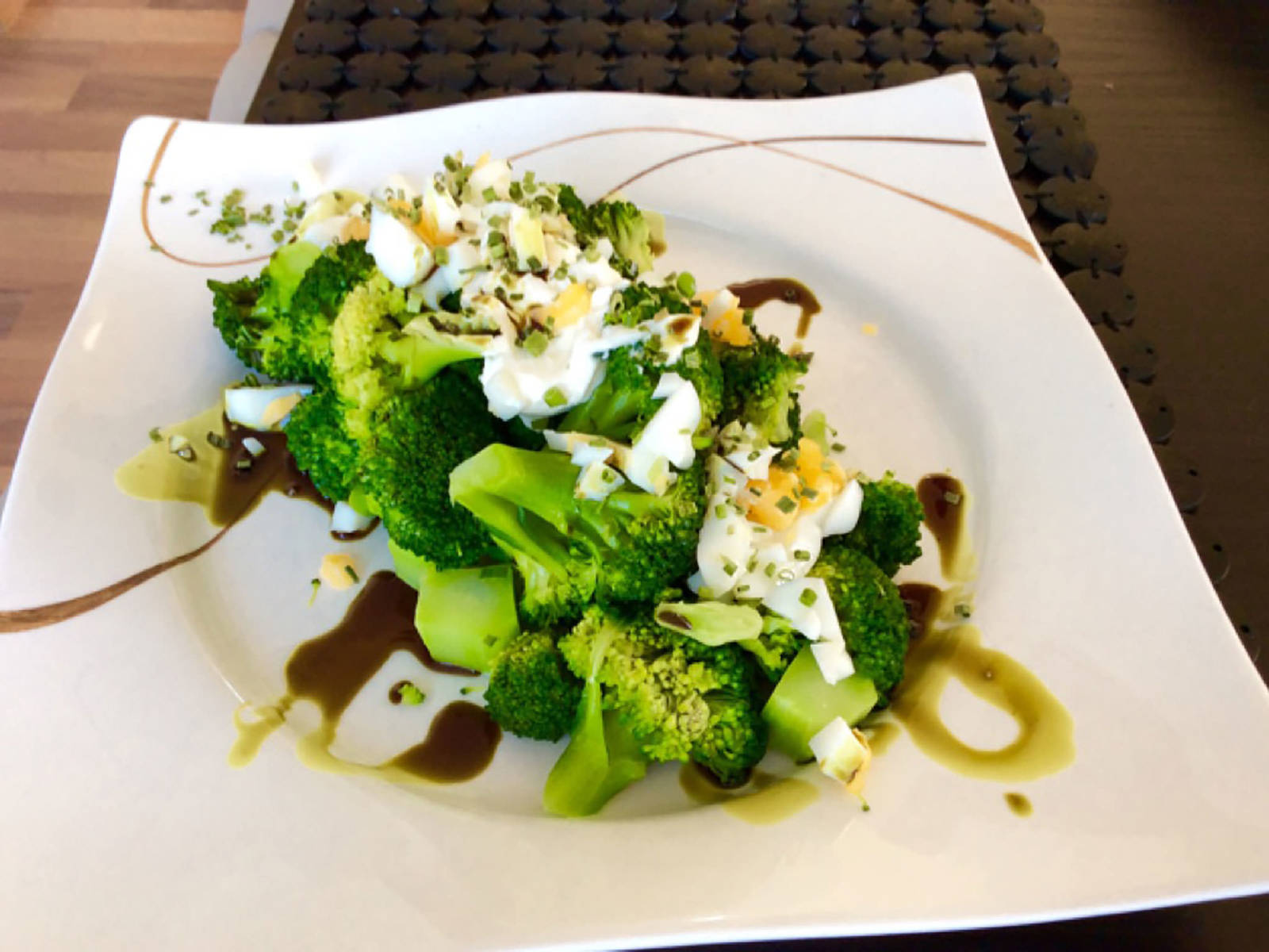 Brokkoli auf einen Servierteller geben, Crème-fraîche-Mischung darauf verteilen und Ei darüber zerkrümeln. Mit Kürbiskernöl, Salz und Pfeffer servieren.