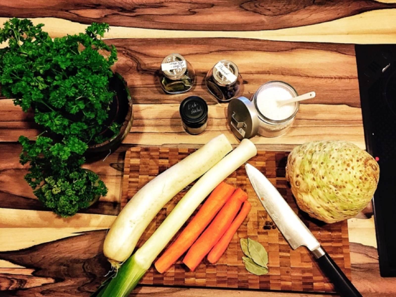 Karotten, Sellerieknolle, Selleriestange, Lauch und Rettich in grobe Stücke schneiden.