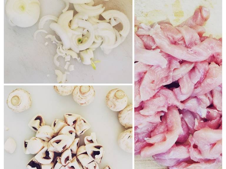 Cut the chicken breasts into stripes. Peel and thinly slice onions and quarter button mushrooms.